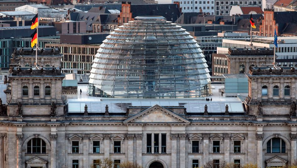 Reichstagsgebäude in Berlin: Die Bundesregierung will mit 89 Maßnahmen gegen Rechtsextremismus vorgehen