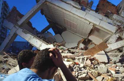 """Trümmer in Boumerdes: """"Nur wo sich Hohlräume gebildet haben, besteht die Möglichkeit, Lebende zu finden"""""""