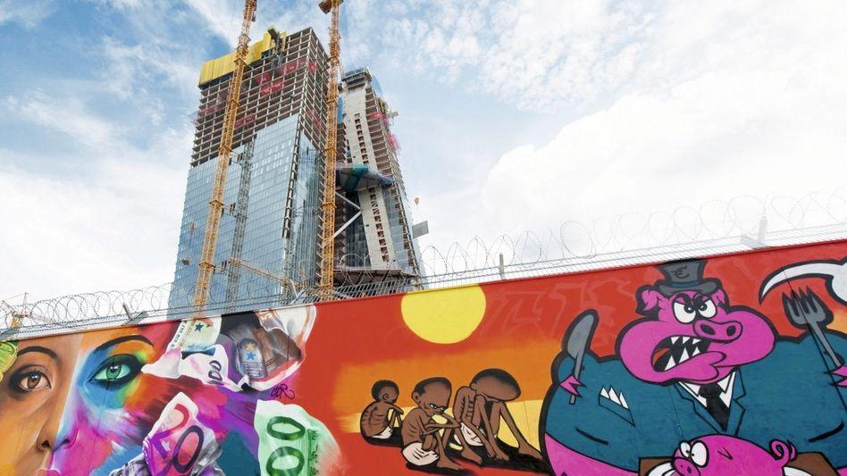 Graffiti vor dem Neubau der EZB in Frankfurt am Main