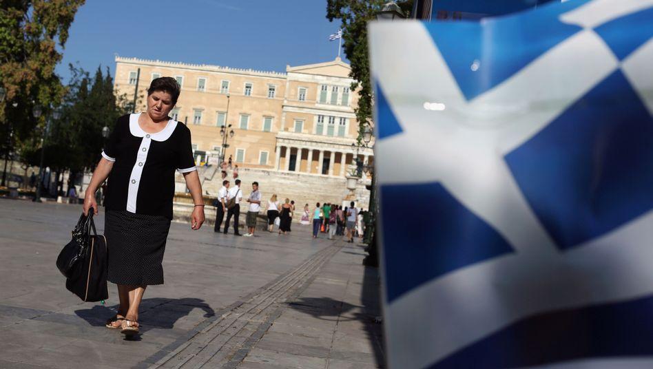 Passantin in Athen: Nur einen Teil der Sparvorgaben umgesetzt