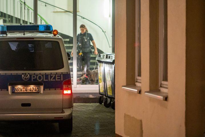 Wegen einer Bombendrohung hat die Polizei das Gesundheitsamt in Olpe vorübergehend geräumt. Eine Polizistin läuft mit ihrem Diensthund durch das Gebäude