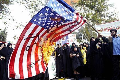 Iraner verbrennen US-Flagge (Archiv 2004): US-Bürgern bleibtdieser Akt ebenfalls erlaubt