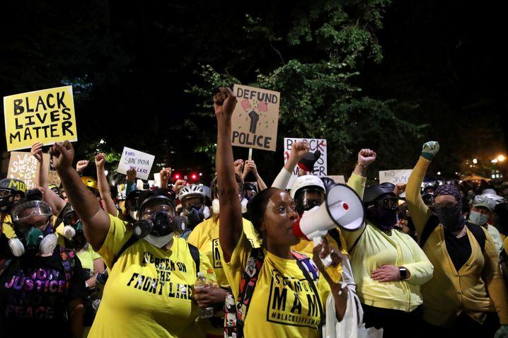 Demonstrantinnen in Portland: Seit dem Tod von George Floyd gehen Aktivisten hier auf die Straße