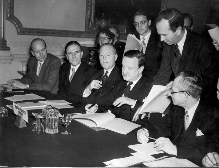 Lon, 27. Februar 1953: Das Schuldenabkommen mit Deutschland wird unterzeichnet. Hermann Josef Abs unterzeichnet es.
