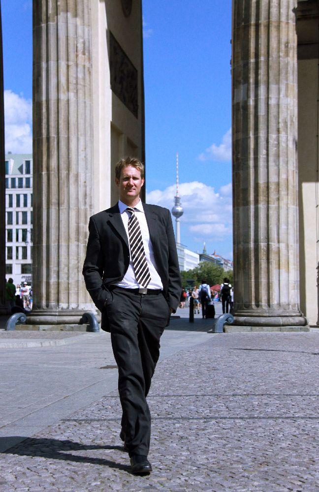 Simon Alexander Lück ist Rechtsanwalt, hat zwei Doktortitel und arbeitet in Berlin