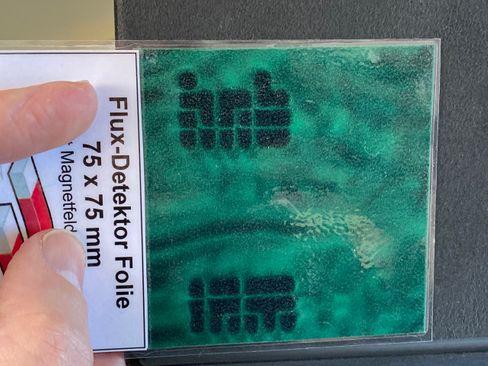 Die kleinen Neodymmagnete im Magic Keyboard werden hier von einer Magnetfolie sichtbar gemacht