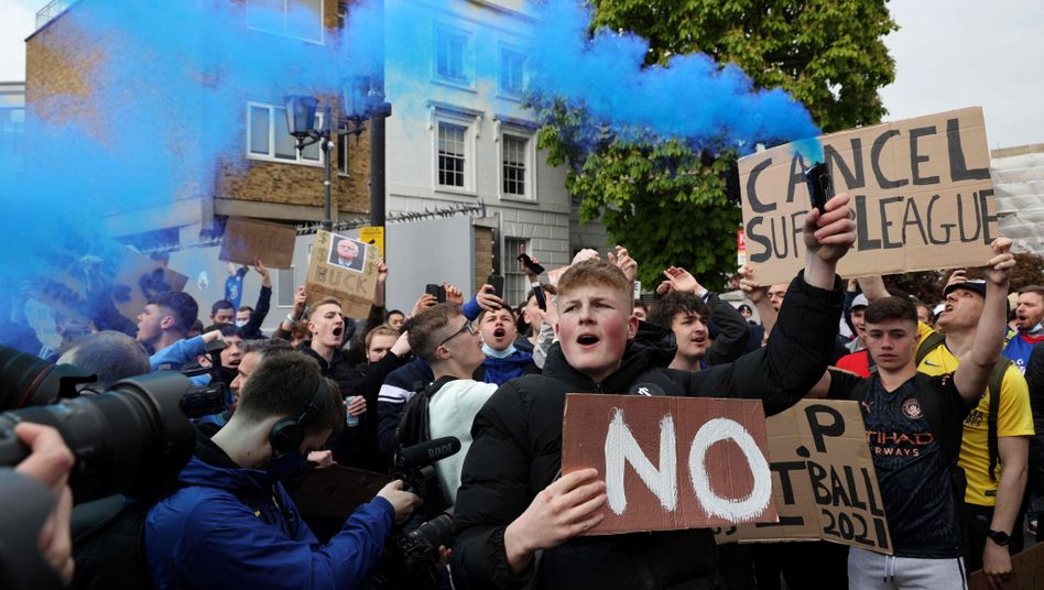 """Chelsea fans last Tuesday in London: """"It is not a sport if success is guaranteed or if it doesn't matter when you lose."""""""