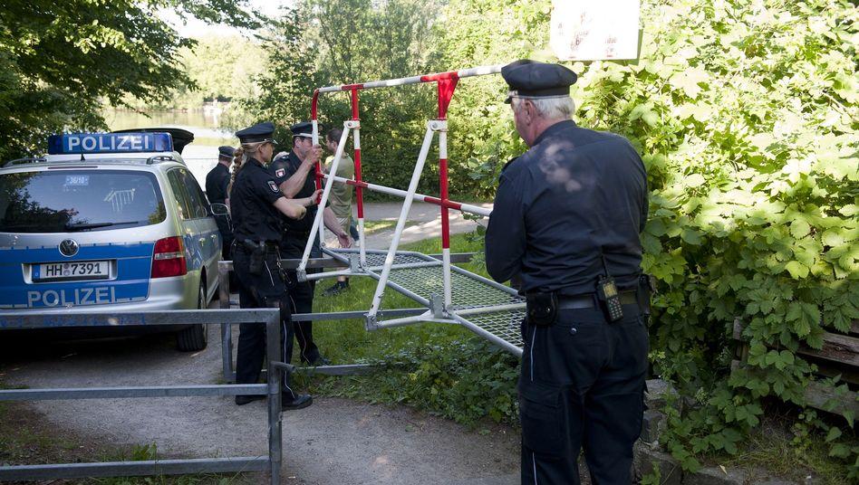Polizisten vor dem Wohnhaus von Thessa (3.6.2011): Massenandrang nach Facebook-Party