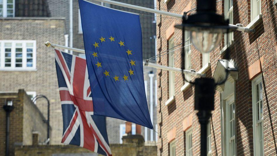 Unionsflagge und Europäische Flagge in London: Kommt der Brexit?