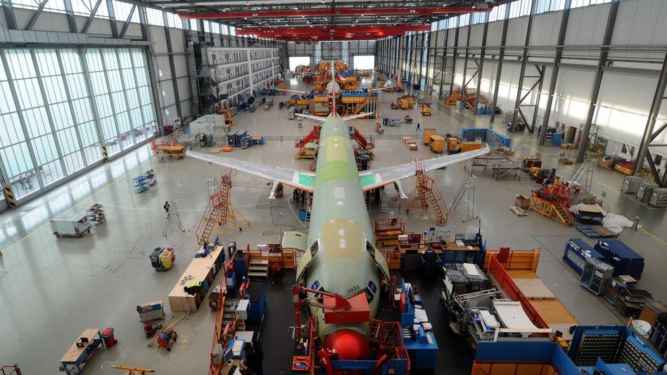 A320-Endmontagehalle im Airbus-Werk in Hamburg-Finkenwerder (Archivbild)