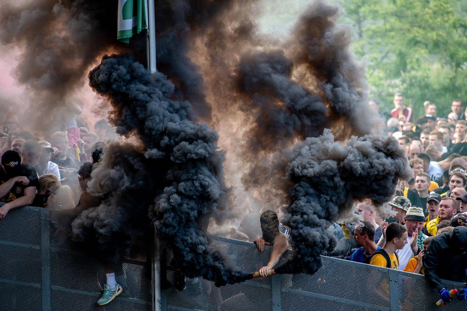 28. Juni 2020: Dresden, Fussball 2. Bundesliga, 34. Spieltag: SG Dynamo Dresden - VfL Osnabrueck: Dresdens Fans feiern