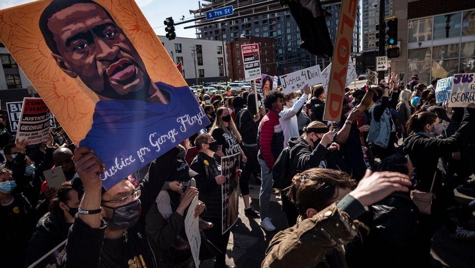 Vor dem Gerichtsgebäude in Minneapolis im Bundesstaat Minnesota versammeln sich zahlreiche Demonstranten der Black-Lives-Matter-Bewegung und erinnern an George Floyd