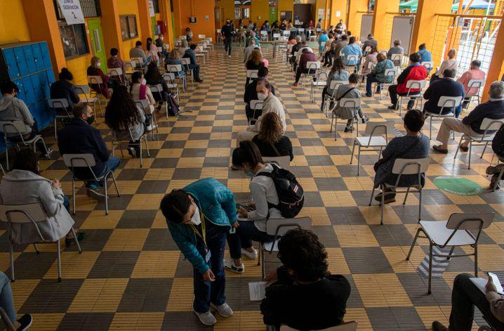 Warteraum nach Coronaimpfung in Chiles Hauptstadt Santiago