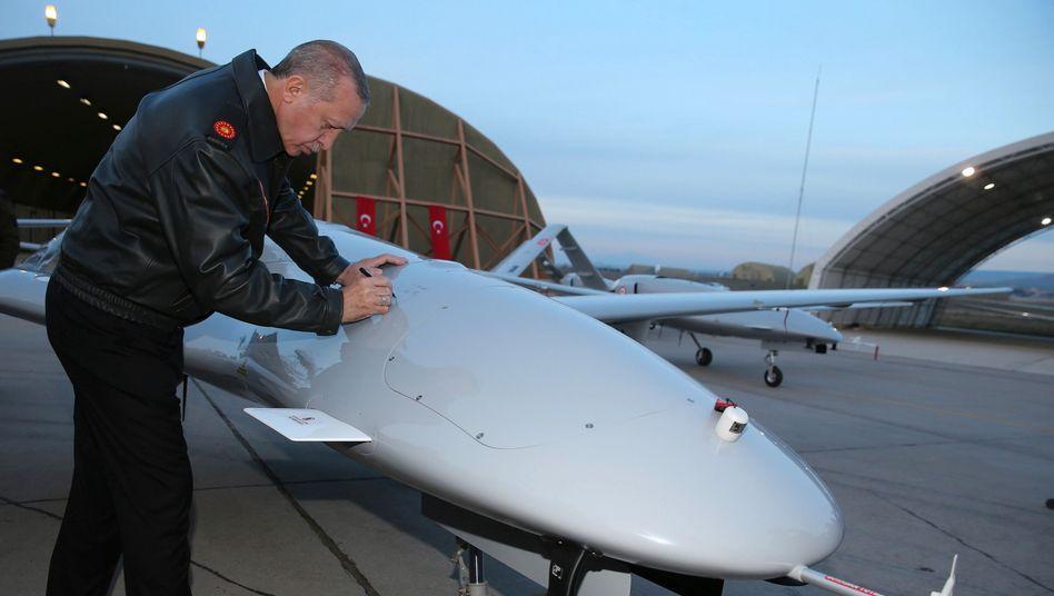 Präsident Erdogan signiert eine Drohne: In den vergangenen Jahren hat die Türkei ihre Rüstungsindustrie systematisch ausgebaut