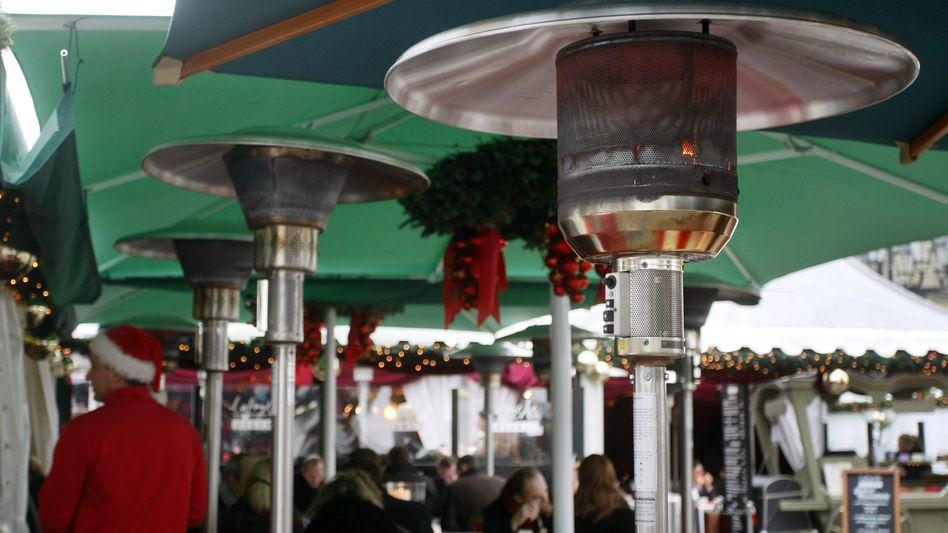 """Heizpilze auf einem Weihnachtsmarkt (Archivbild): """"Energiepolitischer Offenbarungseid"""" - oder Corona-Prävention?"""