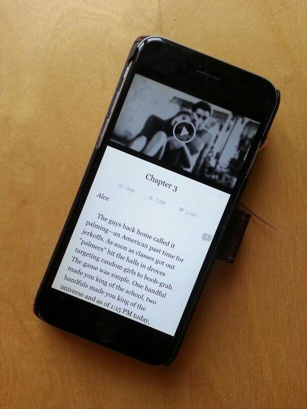 Smartphone mit Wattpad-Serienroman