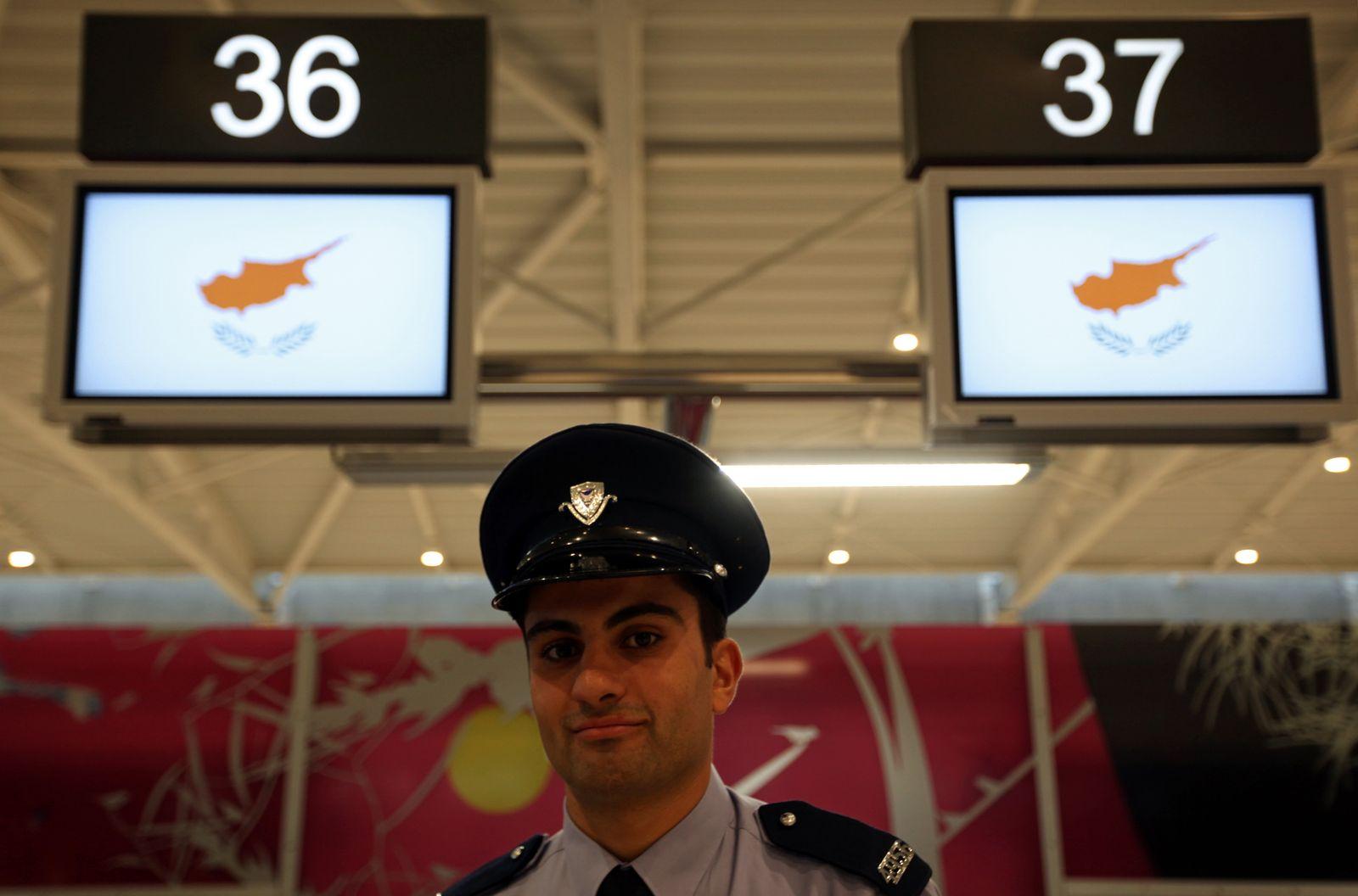 Zypern / Flughafen Larnaca; Checkin; polizist