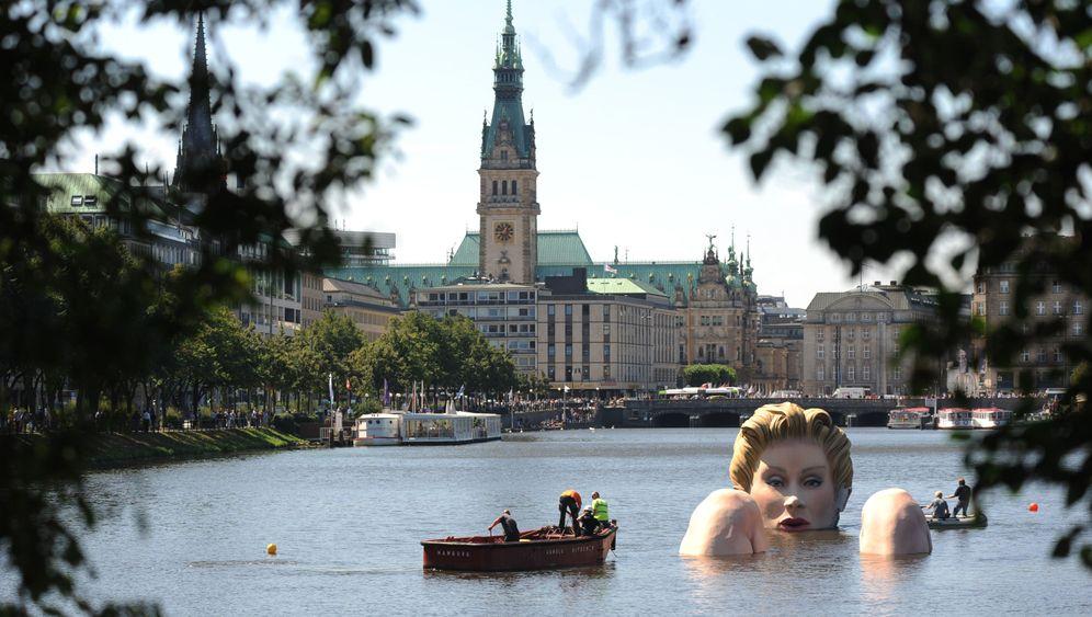 Hamburg: Blonde Badenixe in der Binnenalster