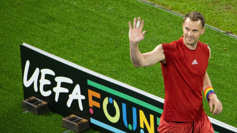 Manuel Neuer mit Regenbogenbinde