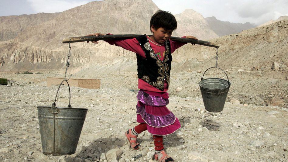 Ein Kind holt Wasser (China)