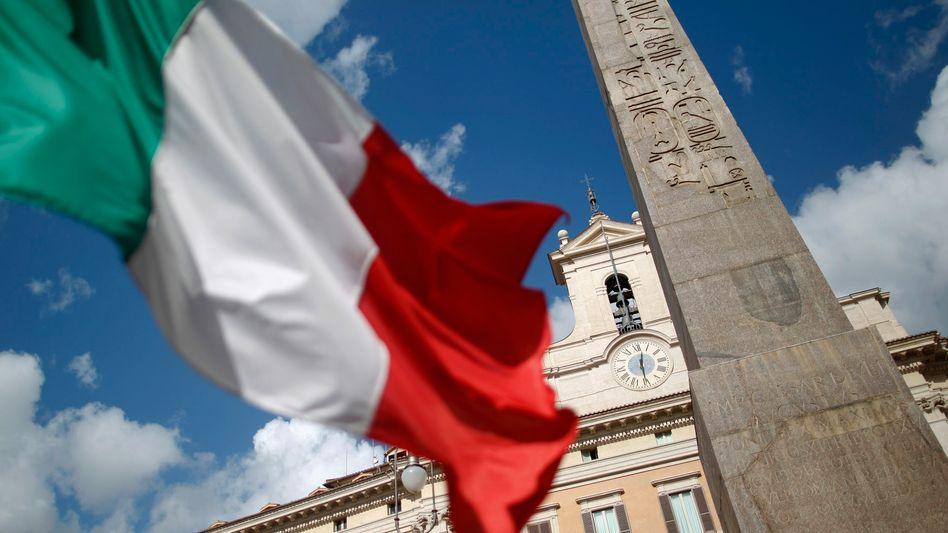 Italienische Flagge vor dem Parlament in Rom: Größte Gefahr für die Euro-Zone