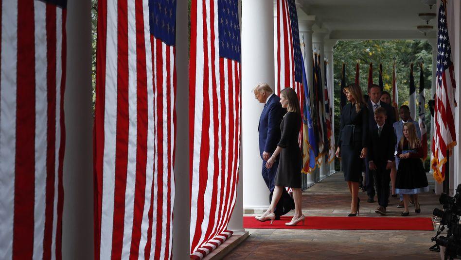 Donald Trump und Amy Coney Barrett treten in den Rosengarten des Weißen Hauses ein