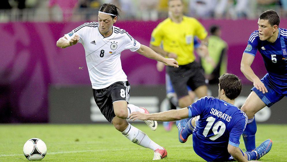 Photo Gallery: Fans Await Mesut Özil's Breakthrough
