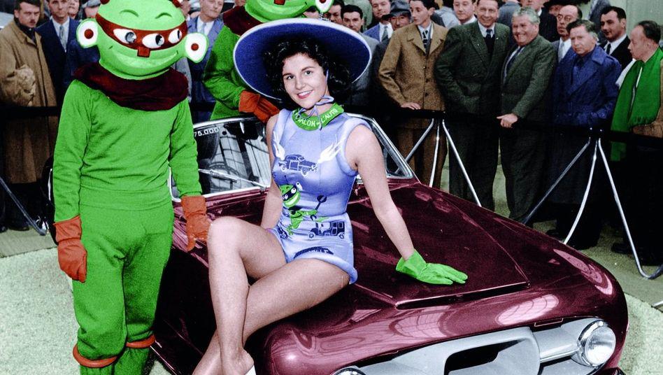 Utopie rot-grün: Mit Marsmännchen und Dame präsentierte Simca auf dem Pariser Autosalon 1954 ein neues Modell. Utopie rot-grün: Mit Marsmännchen und Dame präsentierte Simca auf dem Pariser Autosalon 1954 ein neues Modell.