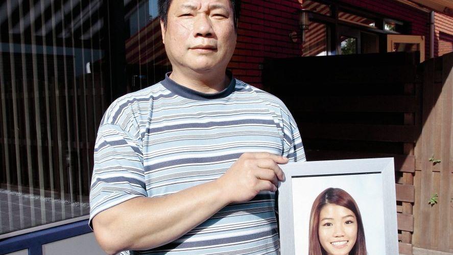 Vater Hau mit dem Foto seiner ermordeten Tochter Winsie: »Papa, hilf mir!«