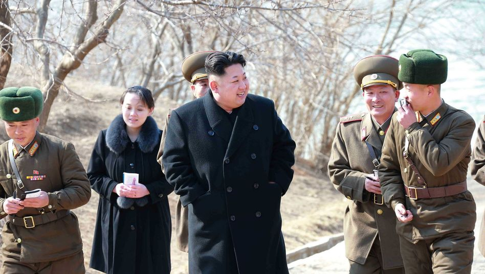 Kim Yo Jong, links hinter ihrem Bruder Kim Jong Un