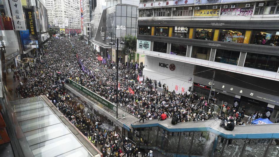 Demonstranten ziehen am Neujahrstag durch das Zentrum Hongkongs. Nach Schätzungen beteiligten sich Hunderttausende an der Demonstration gegen die Regierung.
