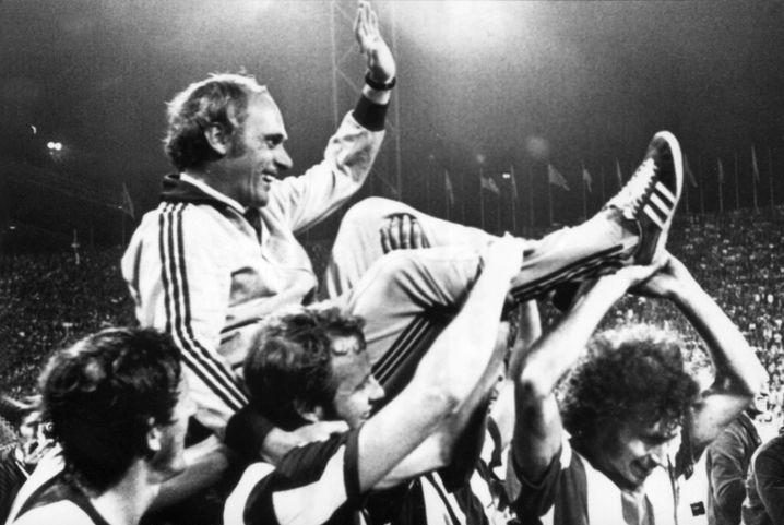 Trainer Udo Lattek, getragen von seinen Bayern-Spielern (1972)