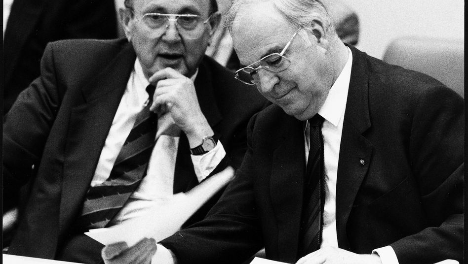 Kanzler Kohl (r., im Mai 1990 mit Außenminister Genscher): Die Griechen vom Verhandlungstisch ferngehalten