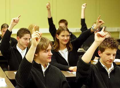 Schuluniformen (Realschule in Herkenrath): Schwarze Jacken, weiße Hemden, identische Jeans