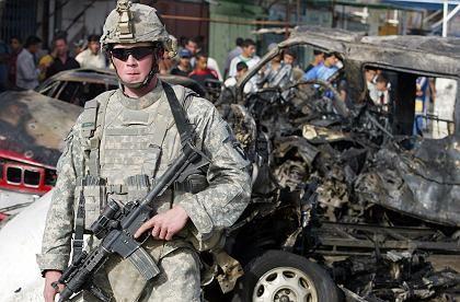 US-Soldat vor gesprengtem Auto in Bagdad: Deutlich mehr zivile als militärische Opfer