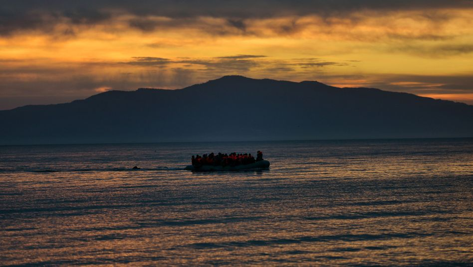 Flüchtlingsboot in der Ägäis (Symbolbild)