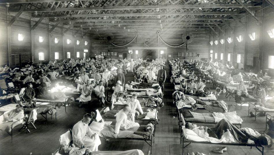 Grippe-Patienten in einem Notfallkrankenhaus in Kansas, USA, im Jahr 1918