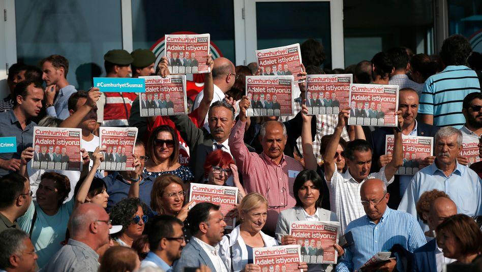 """Demonstranten mit Ausgaben der """"Cumhuriyet"""" im September 2017"""