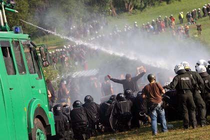 """Wasserwerfereinsatz in Heiligendamm: Globalisierungsgegner sahen sich dem Vorwurf ausgesetzt, eine """"terroristische Vereinigung"""" zu sein"""