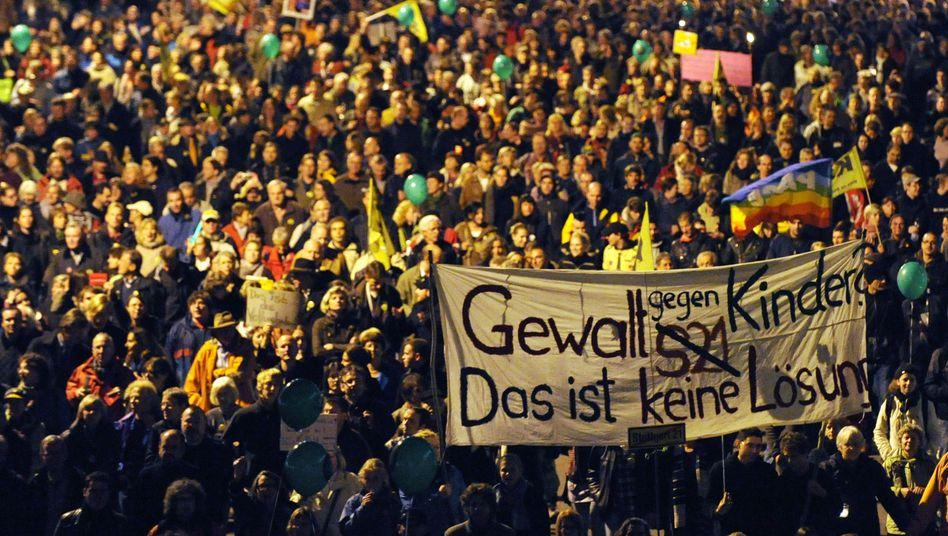 """Demonstration gegen Polizeigewalt und """"Stuttgart 21"""" (am Freitag): """"Bei uns entscheiden Parlamente, niemand sonst"""", sagt Grube"""