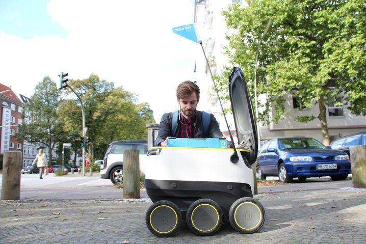 Mitarbeiter Jan Werum mit Roboter