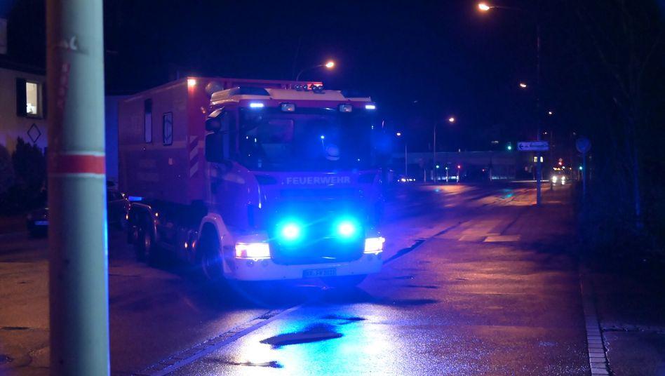 Ein Fahrzeug der Feuerwehr steht in der Zufahrt der Gießerei