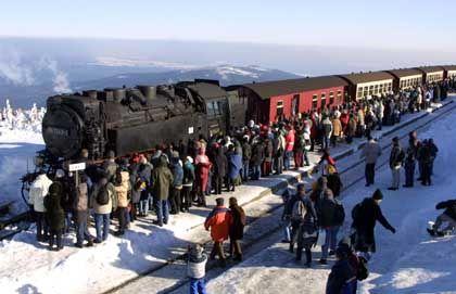 Harzer Schmalspurbahn im Bahnhof auf dem Brocken: Auch im Winter unter Volldampf