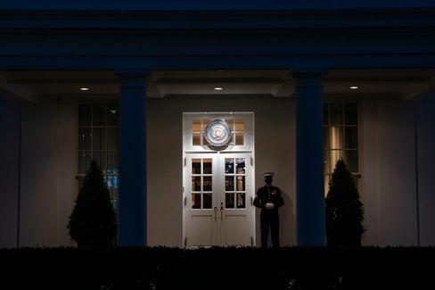 Ein Marineoffizier hält am Montagabend Wache vor dem Oval Office