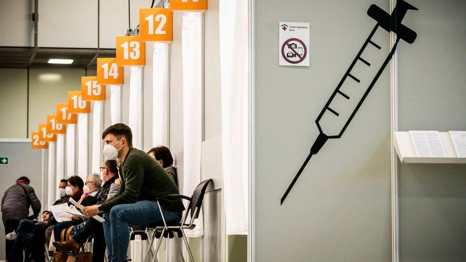 Menschen warten im Corona-Impfzentrum auf dem Berliner Messegelände auf ihre Impfung