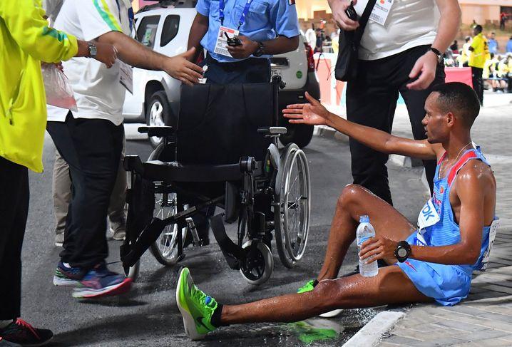 Läufer Merhawi Kesete aus Eritrea wird am Rand der Strecke medizinisch versorgt