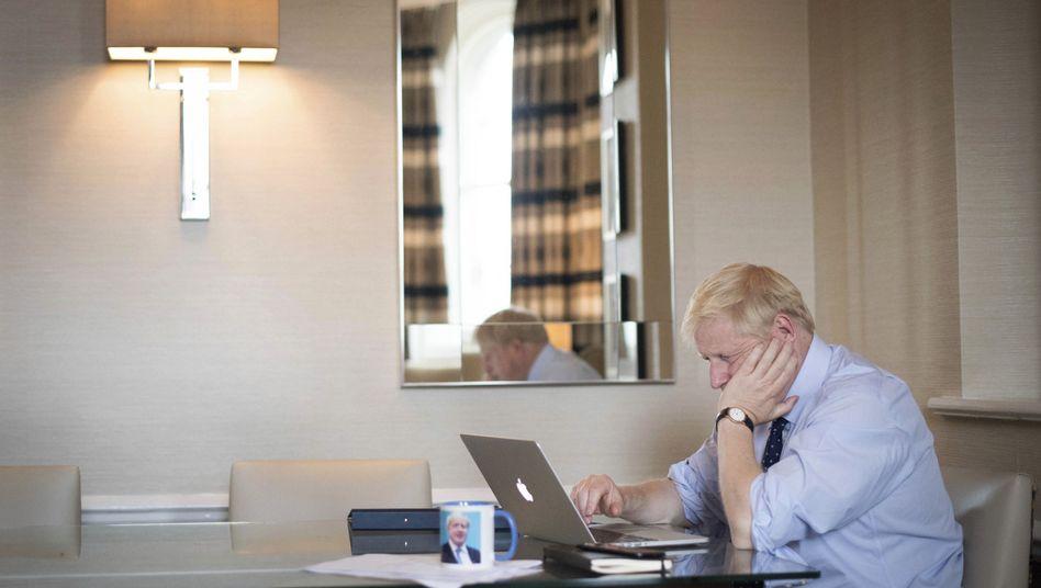 Boris Johnson bereitet sich auf die Rede vor, die er am Mittwoch in Manchester halten wird (man achte auch auf die Tasse)