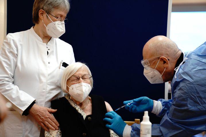 Die 101-jährige Gertrud Haase (M.) wird im Pflegeheim Agaplesion Bethanien Sophienhaus gegen das Coronavirus geimpft