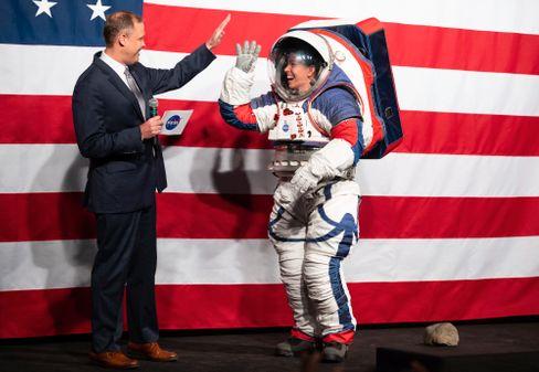 Präsentation des Raumanzugs xEMU durch Nasa-Mitarbeiterin Davis mit damaligem Chef Bridenstine im Oktober 2019