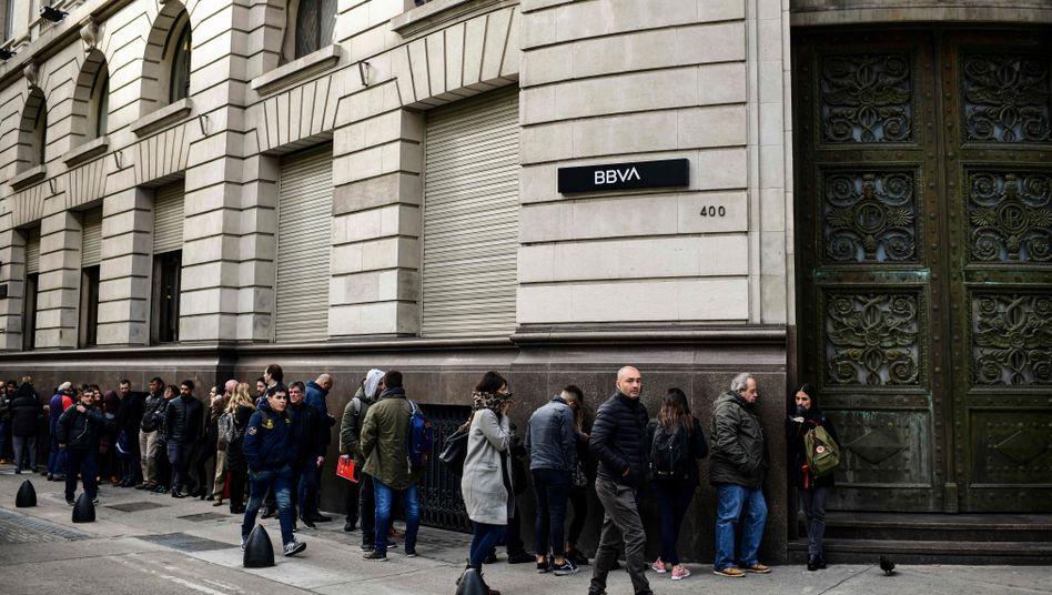 """Wartende vor einer Bank in Buenos Aires: """"Zeichen der Verzweiflung"""""""